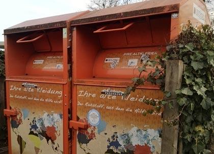 Altkleider-Container in Kolping-Orange gehören in den meisten Orten des Erzbistums Paderborn zum Straßenbild. Trotz des Corona-Lockdowns sind Sammler und Verwerter in diesem Frühjahr optimistischer als 2020. Foto: Lisa Metken