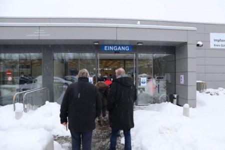 Die ersten Impflinge trafen am Impfzentrum ein und warteten auf den Einlass. Foto: Kreis Gütersloh