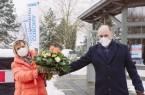 Das Impfzentrum in Salzkotten ist geöffnet. Landrat Christoph Rüther (rechts im Bild) begrüßte die ersten Impflinge persönlich und überraschte Ingelore Grabe mit einem Blumenstrauß. Bildnachweis: Lina Loos für den Kreis Paderborn