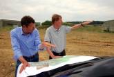 Für die optimale Kurvenplanung: Marcus Graf von Oeynhausen-Sierstorpff mit Rallyeprofi Walter Röhrl bei der Projektentwicklung des Bilster Berg
