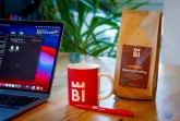 """""""Im Standardset stecken eine Packung 'Kaffee' aus Bielefelds Partnerstadt in Nicaragua, ein Kugelschreiber und eine Tasse, die in fünf Farben zur Auswahl steht."""" Foto: Bielefeld Marketing"""
