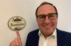 Kaiserlich und königlich ist hier nur das Schild. Rainer Venhaus entdeckte es vor Jahren in einem österreichischen Antikgeschäft und hängte es in seinem Büro auf.Foto:Stadt Gütersloh