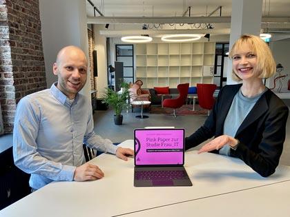 Consultant und Soziologe Jannik Bebermeier sowie Geschäftsführerin Sarah Niesel präsentieren am Tablet das PinkPaper Vol. 1. Foto: Ankerkopf GmbH