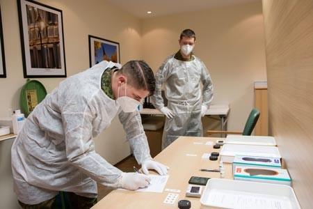 Nach der Durchführung des Schnelltests müssen die Daten penibel dokumentiert werden (von links): Thorsten Diekmann und Jonas Bremm.