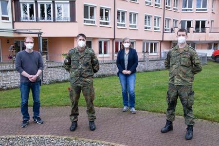 Pflegedienstleiter Marco Wendel (links) und Einrichtungsleiterin Beatrix Wottke sind dankbar für die Unterstützung der beiden Bundeswehr-Soldaten Thorsten Diekmann und Jonas Bremm des in Höxter stationierten ABC-Abwehrbataillons.