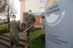 Jonas Bremm und Thorsten Diekmann, Bundeswehr-Soldaten des in Höxter stationierten ABC-Abwehrbataillons helfen bei der Durchführung der Schnelltests im St. Antonius Seniorenhaus der KHWE.