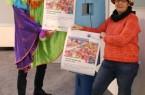 Bürgermeister Theo Mettenborg und Esther Hartmann vom Stadtfamilienzentrum der Caritas sind von der Zuhause-Edition des Karnevals überzeugt und laden alle Familien herzlich ein, beim Karneval Zuhause mitzumachen. Foto: Stadt Rheda-Wiedenbrück