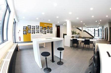 Foto (Universität Paderborn, Adelheid Rutenburges): Die neu entstandene Hall ofFame der Wirtschaftswissenschaften ziert nun das Foyer auf der Ebene 0 im Q-Gebäude der Universität Paderborn.