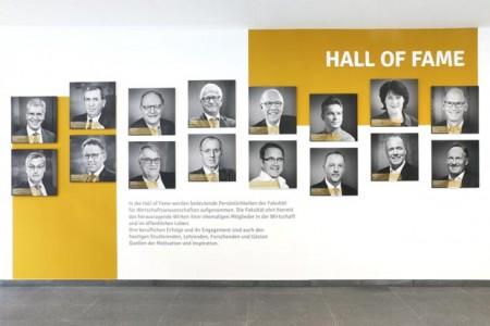 Foto (Universität Paderborn, Adelheid Rutenburges): Die 16 Porträts der Eröffnungsreihe der Hall of Fame der Fakultät für Wirtschaftswissenschaften.