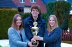 Natürlich gab's einen Pokal für Vanessa, Marvin und Carina Otterpohl (v.l.), die Gewinner der 1. Bielefelder Schneemann-Meisterschaft.Bild: Bielefeld Marketing