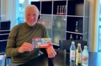 Unterstützung für den Corona geplagten Einzelhandel in Bad Driburg: Thomas Dörpinghaus, Geschäftsführer der Bad Driburger Naturparkquellen, mit einem Gutschein vom Werbering Bad Driburg, den alle Mitarbeiter der Bad Driburger Naturparkquellen erhalten haben.