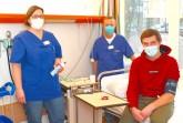 Jakob Beermann (re.) blickt zuversichtlich in die Zukunft. Er wird während der Studie von Study Nurse Heike Lehmkühler und von Dr. Norbert Jorch betreut. Foto: Mario Haase