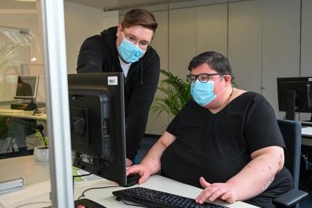 Büromanagement-Fachkraft Paul Pütz vermittelt Angelika Sulk Grundkenntnisse der EDV. Foto: Christian Weische