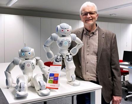 Bildungsgangleiter Dieter Rauchmann sieht die humanoiden Roboter als die perfekten Assistenten für die Pädagogen am Berufskolleg Kreis Höxter, um neue, attraktive pädagogische Themen einzuführen. Foto: Kreis Höxter