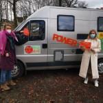 Karen Neumeyer (links) und Alina Skobowsky, Mitarbeiterinnen der Frauenberatung, symbolisieren mit ihrem »MutMachMobil«, dass sie flexibel unterwegs sind. Foto: privat