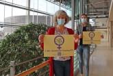 Die Gleichstellungsbeauftragten der Gemeinde Steinhagen und des Kreises Gütersloh (v.l.) Bettina Ruks und Angela Wüllner präsentieren das Plakat zum Internationalen Frauentag am 8. März. Das Plakat ist Teil der Mitmachaktion. Foto: Kreis Gütersloh