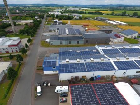 """Dieses Luftbild aus dem Gewerbegebiet """"Oberer Hilgenstock"""" in Warburg zeigt eindrucksvoll, wie die Gebäudedächer von Unternehmen für Photovoltaikanlagen genutzt werden können. Foto: Stadt Warburg"""