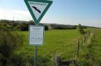 Für jeden deutlich sichtbar – hier beginnt ein Naturschutzgebiet. Wege dürfen nicht verlassen werden. Foto: Kreis Paderborn, Susanne Pöhler