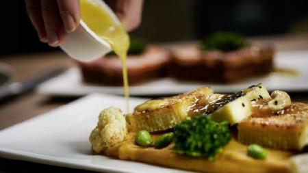 Ein kulinarisches Highlight, das schnell zu Hause zubereitet werden kann: das vegetarische Zitronengras-Curry mit gebratenem Paneer, Süßkartoffeln und frischem Gemüse. Die Sauce wird in einem Kännchen aus Zuckerrohr separat geliefert. (Foto: MChef)