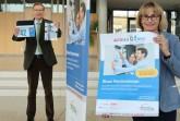 Landrat Sven-Georg Adenauer und Projektleiterin Ursula Thering werben für die Teilnahme an dem Wettbewerb der Blauen Hausnummer.Foto:Kreis Gütersloh