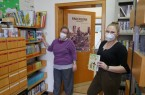 """""""Sabrina_Nina"""": Die Freude ist trotz Masken spürbar – sind ab Montag wieder für ihre Leserinnen und Leser vor Ort – (v.l.) Nina Gilbert und Sabrina Klein vom Bücherbus-Team"""