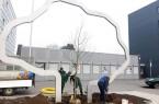 """Von Hand wurde das Pflanzloch für den neuen Apfelbaum im Herzen des Kunstwerks """"Später sein wird"""" von den Mitarbeitern der Firma Pöhler aus Bad Driburg gegraben, bevor der Baum behutsam ausgerichtet und eingepflanzt wurde.Foto:© Stadt Paderborn"""