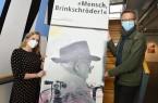 Kunsthistorikerin Heike Sondermann und Markus Runte vom Stadtmuseum, 2. Vorsitzender des Vereins, mit einem Foto, das Josefthomas Brinkschröder zeigt.Foto:© Stadt Paderborn