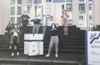 Nahmen am Mittwoch, den 24. Februar die Logo-Skulptur stellvertretend für die Studiengruppe entgegen: Vivien Kettler, Mailin Przyklenk, Prof. Jürgen Dickel, Caroline Fröhlich, Vanessa Götz, Mena Remberg, Marina Schulte, Prof. Dr. Anne Dreier (v.l.n.r.). Foto: Fachhochschule des Mittelstands