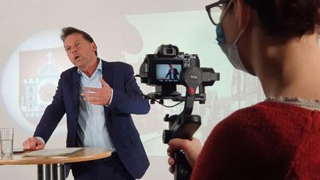 Frank Hilker, Bürgermeister der Stadt Detmold, beim Dreh in der VHS. Foto: VHS Detmold-Lemgo