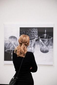 Ausstellungsansicht: James White, Triple Glass, 2019, Öl und Lack auf Acrylwabenplatte in Plexiglas-Rahmen, 140 × 170 cm © Marta Herford, Foto: theothercara