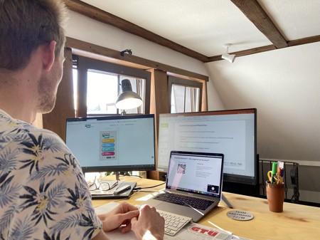"""Carola Brindöpke (Fachbereichsleiterin Jugendbildung im Haus Neuland) und Felix Tiemann (Projektkoordinator """"MyHistoryMap OWL"""") haben die Online-Seminare für Schülerinnen und Schüler entwickelt und wollen damit außerschulische Jugendbildung auch in Pandemiezeiten möglich machen. Fotos: Haus Neuland"""