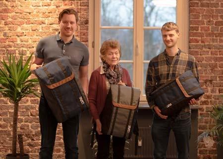 Die Cousins Helge Martin (links) und Moritz Ebersbach (rechts) haben zusammen mit ihrer Oma Erika einen innovativen Reiserucksack entwickelt.