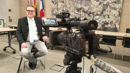 Markus Baier, Bürgermeister der Alten Hansestadt Lemgo, beim VHS-Dreh im Rathaus. Foto: VHS Detmold-Lemgo