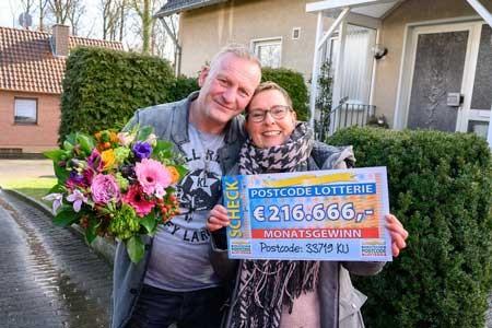 Postcode-Gewinnerin Antje sowie Mann Mario freuen sich über einen Scheck in Höhe von 216.666 Euro. Fotos: Postcode Lotterie/Wolfgang Wedel