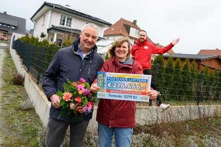 Straßenpreis-Moderator Felix Uhlig freut sich mit Gewinnerin Elly und Mann Ralf.