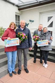 Die beiden Gewinnerpaare (links: Elly und Ralf, rechts: Antje und Mario) freuen sich gemeinsam.
