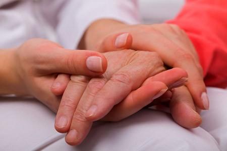 Mehr Menschen in Bielefeld erhalten Pflegeleistungen. Foto: AOK/hfr.