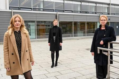 Kerstin Stockhecke (v. r.) hat zusammen mit den Archiv-Mitarbeiterinnen Alina Ebmeyer und Jenny Peters eine digitale Ausstellung zu Bethel im Nationalsozialismus erarbeitet. Foto: v. Bodelschwingsche Stiftungen Bethel