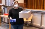 Für Dr. Annika Hilgers sind die neuen Spritzenhalterungen eine wertvolle Ergänzung für die Impfstoff-Logistik der Impfstelle Bethel. Foto: Thomas Richter