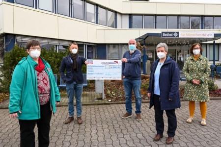 Bei der Spendenübergabe: (v. l.) Katharina Tielke, Matthias Wittich, Tim Ludwig, Michaela Diesen und Kerstin Raimann. Foto: Christian Weische.Foto: