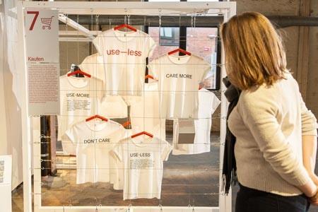 Die Slogans der use-less T-Shirt-Kollektion regen dazu an, das eigene Kaufverhalten zu hinterfragen. Foto: LWL/ Betz