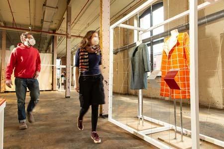 In der interaktiven Ausstellung use-less lässt sich die Entstehung ressourcenschonender Mode entlang des textilen Kreislaufs erleben. Foto: LWL/ Betz