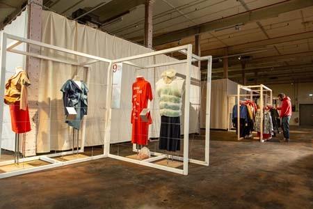Blick in die Ausstellung use-less in der Spinnerei im Textilwerk Bocholt. Foto: LWL/ Betz