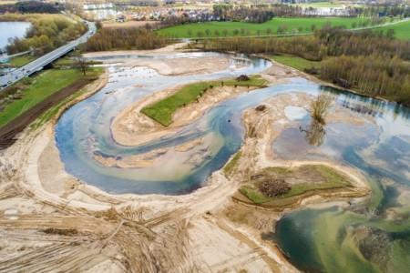 Der ehemals stark begradigte Verlauf der Lippe ist jetzt ein geschwungenes Fließgewässer. Neue Schleifen verlängern den Flusslauf. Die Ufer wurden von ihrer Befestigung aus groben Steinen befreit.