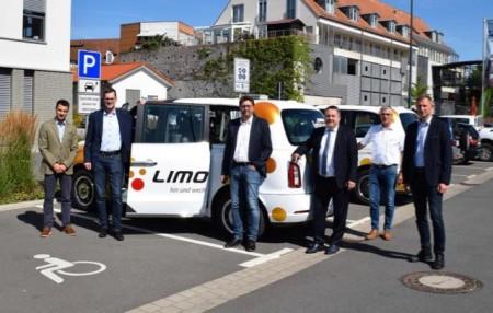 (v.l.n.r) Dirk Hänsgen (Geschäftsführer go.on), Sascha Wiczynski (Vertrieb Electronic Banking und Payments Sparkasse Paderborn-Detmold), Stefan Böke (Felix Reisen), Achim Oberwöhrmeier (Geschäftsführer KVG Lippe), Matthias Kalkreuter (Aufsichtsratsvorsitzender KVG Lippe), Hubert Böddeker (stellvertretender Vorstandsvorsitzender der Sparkasse Paderborn-Detmold).