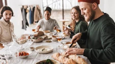Mit einer Top-Geräteausstattung kann die erste Küchenparty in der neuen Wohnung steigen. Wer sich nicht auf lange Zeit festlegen möchte, mietet dazu einfach die Küchengeräte von Miele für einen Zeitraum zwischen einem und drei Jahren. (Foto: Garetsworkshop/iStock via Getty Images)
