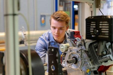 Seit dem letzten Wintersemester befindet sich der 21-jährige in der Praxisphase seines Studiums, in der unter anderem ein Abschlussprojekt bei Miele in Vollzeit plant und durchführt. Foto: FH Bielefeld / Felix Hüffelmann