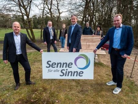 vorne von links: die Bürgermeister Marcus Püster (Schlangen), Michael Berens (Hövelhof) und Ulrich Lange (Bad Lippspringe) hinten von links: Thomas Westhof, Helena Kottowski, Peter Rüther und Asli Noyan