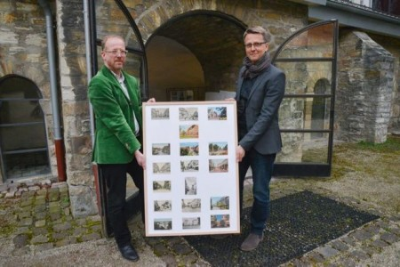 Ulrich Brinkmann (links), der im Stadtmuseum einen Ausschnitt seiner Ansichtskartensammlung präsentiert, und Museumsleiter Markus Runte zeigen einen spannenden Rückblick auf die Entwicklung der Westernstraße.Foto:© Stadt Paderborn