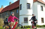 Rödinghausens Klimaschutzmanagerin Dr. Sarah Sierig und Bürgermeister Siegfried Lux werben für das Radfahren und haben sich als erste Station auf ihrer Tour das Haus Kilver ausgesucht.Foto:Stadt Rödinghausen.